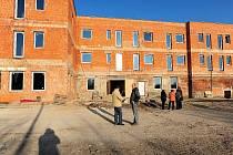Chrudimští zastupité vyrazili na obhlídku staveniště soukromého Lůžkového a sociálního centra na místě bývalého chrudimského pivovaru.