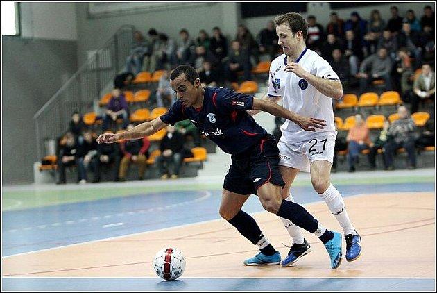 Nová posila Era-Packu Brazilec Sidney (v tmavém) při utkání v Olešnici. Šestadvacetiletý ofenzivní hráč Kairatu Almaty je v Chrudimi na zkoušku.