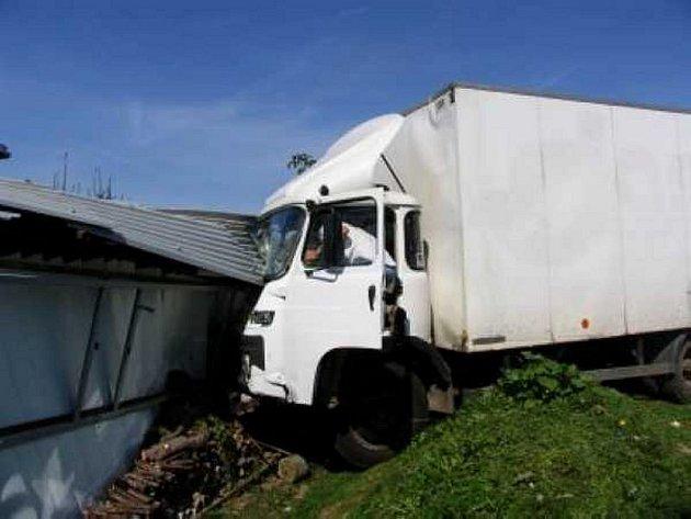 Avia narazila do plechového domku. Řidič uplatňoval jako příčinu nehody selhání brzd.