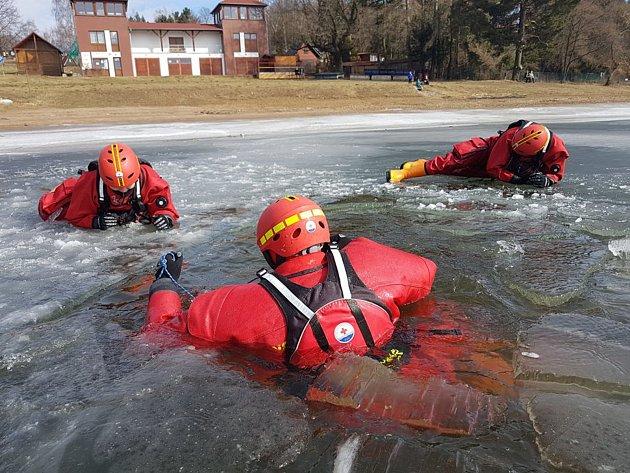 Záchranáři využili ledové vrstvy na vodní nádrži v Seči a trénovali záchranu osob z pod zamrzlé vodní hladiny.