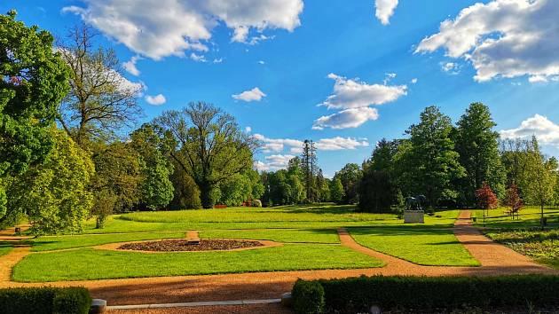 Zámek Slatiňany, pohled do zahrady.