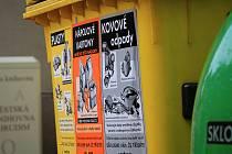NOVÉ POLEPY. Žluté kontejnery na plast a nápojové kartony se už v Chrudimi dočkaly dalšího polepu, upozorňujícího i na kovový odpad.