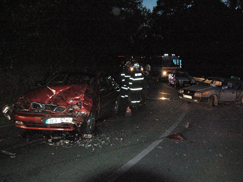 Při nehodě u Seče na Chrudimsku byli zraněni čtyři lidé. v katastru obce Bojanov po průjezdu pravotočivé zatáčky dostal s vozidlem Škoda Favorit smyk 19letý řidič z Hlinska. Přejel s vozidlem do protisměru, kde levým bokem narazil do vozu zn. Daewoo.