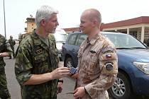 Generál Pavel svelitelem jednotky nadporučíkem Markem Štěpánkem.
