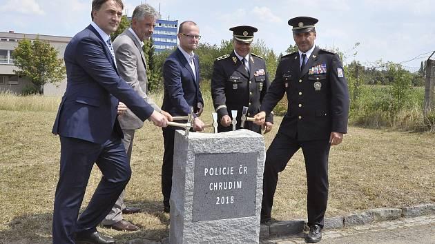 Poklepání na základní kámen nového policejního sídla.