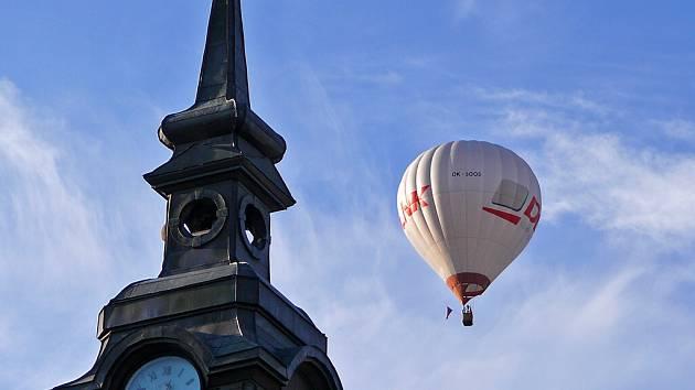 Ze vzletů horkovzdušných balónů nad Chrudimí se pomalu stává každoroční tradice.