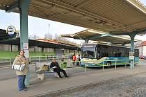 Pohled na chrudimské autobusové nádraží. Vajgly pod lavičkou.