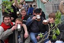 Studnická hospoda se změnila v hospodu Na Kocandě, kde na stromech visely jitrnice a pivo teklo žlabem z náhonu.