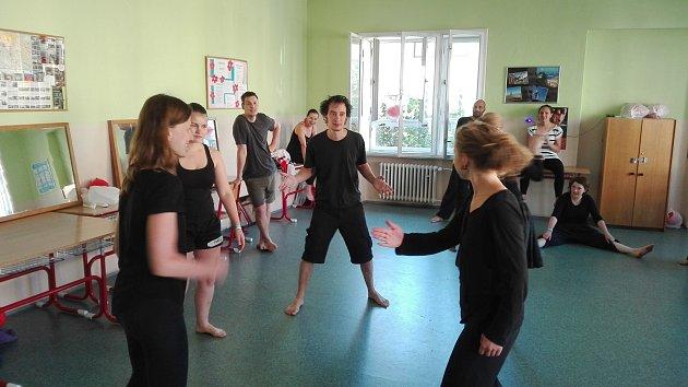 Roberto White (uprostřed) probouzí účastníky semináře hrou.