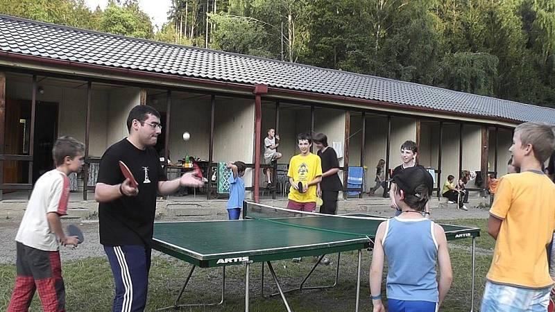 Sergej Movsesjan jako instruktor při 31. ročníku Palučinské šachové školy.