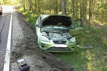 Auto po nehodě v Načešicích začalo hořet.