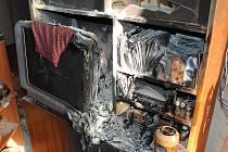 Pohled na rozteklou televizi po požáru. Obyvatelé domu plameny uhasili před příjezdem hasičů.