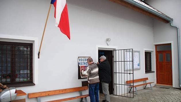 Poslední přípravy na prezidentské volby v Biskupicích.