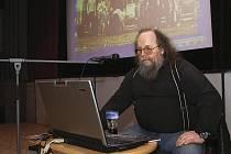 """Hostem filmového pořadu """"Cáry starejch filmů"""" v sále heřmanoměsteckého kina byl v pátek pracovník Ústavu pro studium totalitních režimů František Stárek Čuňas."""