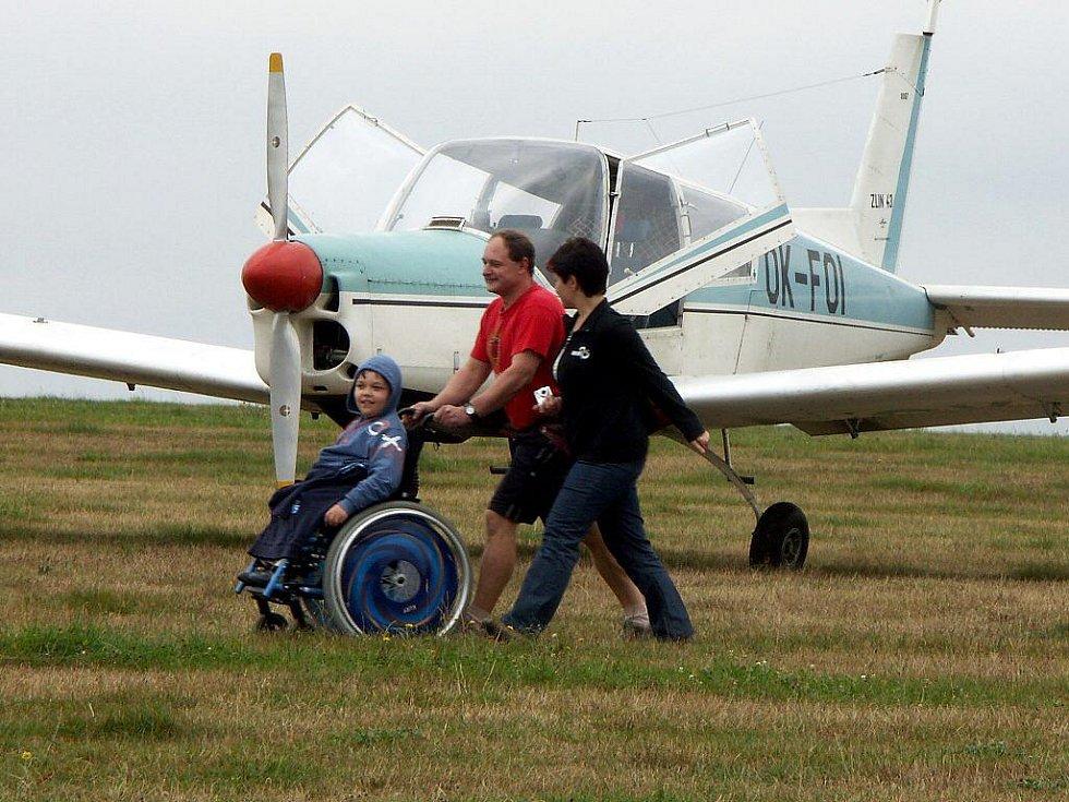 Tělesně postižení si mohli na skutečském letišti díky skvěle zorganizované akci vyzkoušet, jak se létá bez bariér