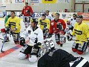 BRANKÁŘSKÁ OPORA prvoligových chrudimských hokejistů z minulé sezony Martin Němec (vpravo na snímku vedle Filipa Landsmana) se vrací do týmu.