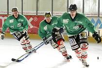 Chrudimští hokejisté absolvovali první trénink na ledě - zprava Šafařík, Horák a Kuncl.