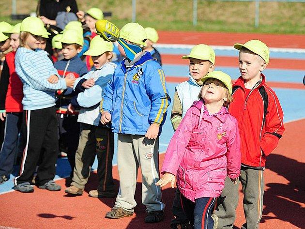 Dvě stovky předškoláků z mateřinek si na letním stadionu v Chrudimi mohly při Ateltickém dni vyzkoušet různé atletické disciplíny.