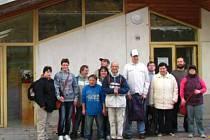 Klienti i s pracovníky Momo Chrudim před novým sídlem na Palackého třídě.