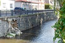 Vydrolené místo na Jungmannově nábřeží začne Povodí Labe opravovat v průběhu příštího týdne.