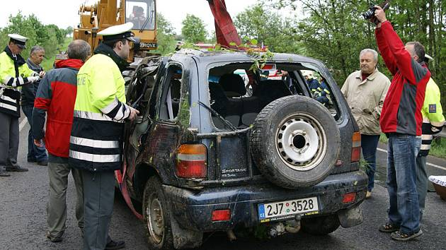 Dopravní nehoda u Kladna na Hlinecku i vyžádala životy mladého páru.