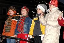 Pod vánočním stromkem zněly koledy a jiné písničky v podání dětí z MŠ Na Valech.