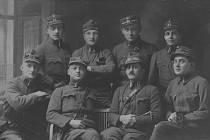 """Skupina """"třicátníků"""", čili příslušníků 30. střeleckého pluku. Vysokomýtská setnina odjela na rozkaz vrchního velitelství vPraze již 21. 11. 1918 na Slovensko. Rodák ze Skutče Rostislav Štěpánek je zcela vpravo nahoře."""