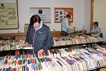 Výprodej knih v chrudimské knihovně.