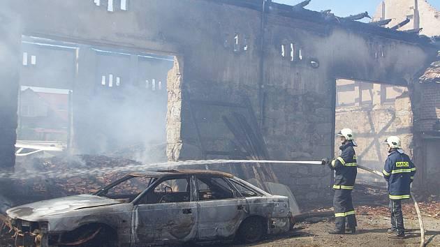 Hasiči museli zasahovat u požáru stodoly v Prosetíně.