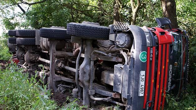 Kamion skončil po nehodě mezi Hlinskem a Rváčovem na boku v příkopě.