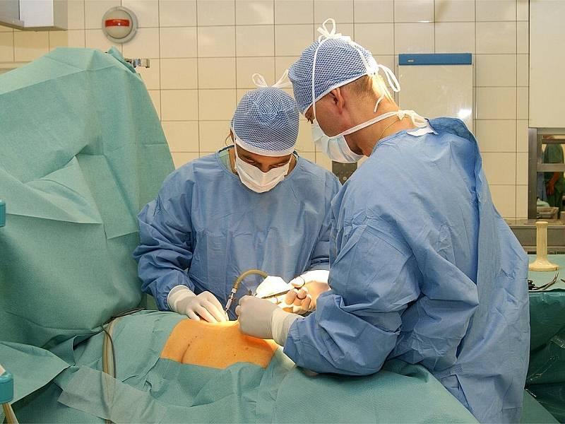 Unikátní operace. Tomáš Verner a Vladimír Ninger provedli laparoskopickou operace žlučníku jediným vpichem.