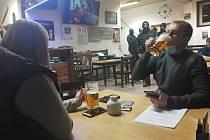 TOČENÉ PIVO nestačilo téct proudem. Do Kvatro knajpy v Hlinsku, která je od poloviny ledna otevřená pod záminkou petičního místa iniciativy Chcípl pes, v úterý opět hodinu po otvíračce přijela ve třech autech policie a dýchánek rozpustila.