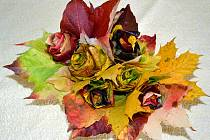 Libuše Hvězdová z Chrudimi nám do naší výzvy poslala snímek nádherně barevné kytice, kterou ze spadaného listí vyrobila její devítiletá vnučka Mariana.