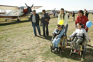 DEN NA SKUTEČSKÉM LETIŠTI se vydařil, na své si přišel opravdu každý. Vždyť do kabin letadel usedly i děti, které jsou po většinu času odkázané na invalidní vozík. Program moderoval Petr Jančařík