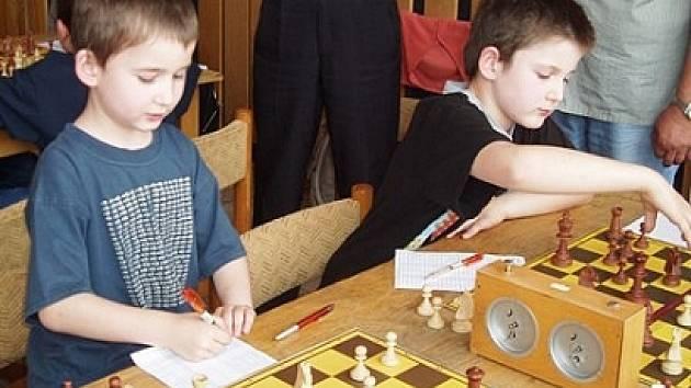 Mladí šachisté svádějí tvrdé souboje.