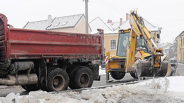V minulých dnech musel bagr odstraňovat led z náhonu Chrudimky.