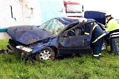 Řidič skončil po něhodě u Medlešic se svým vozem na poli.