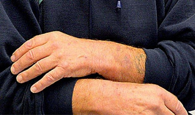 Rudolf Kuchař ukazuje ruce otlačené od pout.