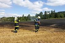 Požár zachvátil pole u Žlebské Lhotky.