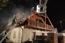 Likdvidaci požáru rodinného domu v Řestokách dne 11. února 2010 kompolikovalo hasičům počasí.