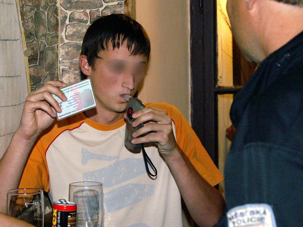 Tenhle mladík měl smůlu. Nadýchal 0,40 promile, přestože mu do osmnáctých narozenin ještě pár měsíců chybělo.