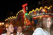 Pouťové atrakce na chrudimském Resselově náměstí lákaly návštěvníky i v sobotu večer.