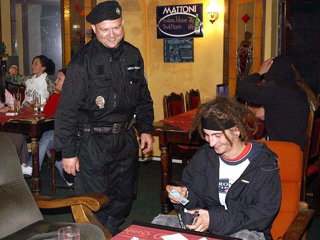 Strážníci MP Chrudim kontrolovali podávání alkoholu mladistvým v restauracích a barech po celé Chrudimi.