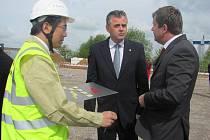 Společná fotografie z položení základního kamene stavby investora v květnu roku 2013.