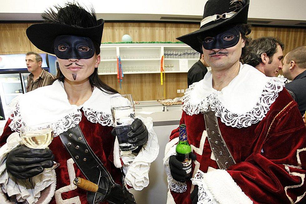 Maškarní ples Sboru dobrovolných hasičů Blatno zpestřily masky a obleky známých postav.
