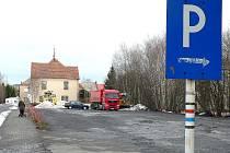 LOKALITA PRO PŘÍJEZDY A ODJEZDY autobusů bude poblíž vlakového nádraží, kde je v současné době parkoviště pro osobní vozy. Jejich majitelé mohou poté využít prostor přímo před nádražím Českých drah nebo Wilsonovu ulici v obou směrech.
