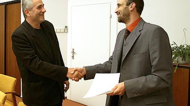 Luboš Jelínek (vlevo) přijímá mandát od starosty Chrudimě Jana Čechlovského.