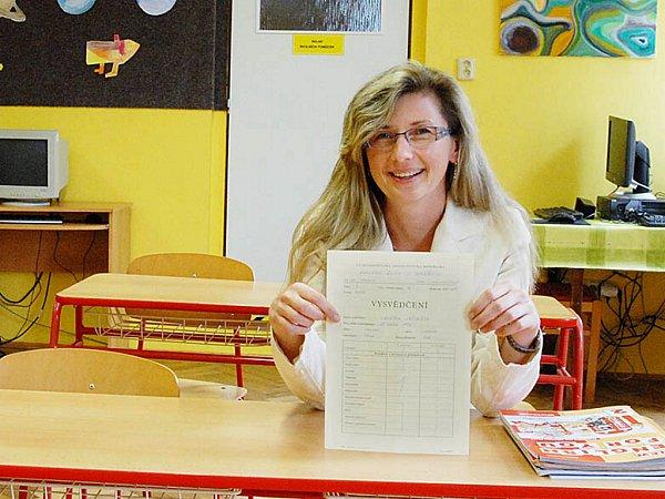 Vysvědčení plné jedniček si Jindřiška Kaplanová přinesla do školy, kterou před třemi desítkami let navštěvovala velmi ráda. Chce vyvolat tento pocit ivdnešních dětech.