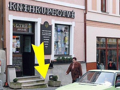 Šipka ukazuje na místo, kde nákladní vůz srazil dívky.