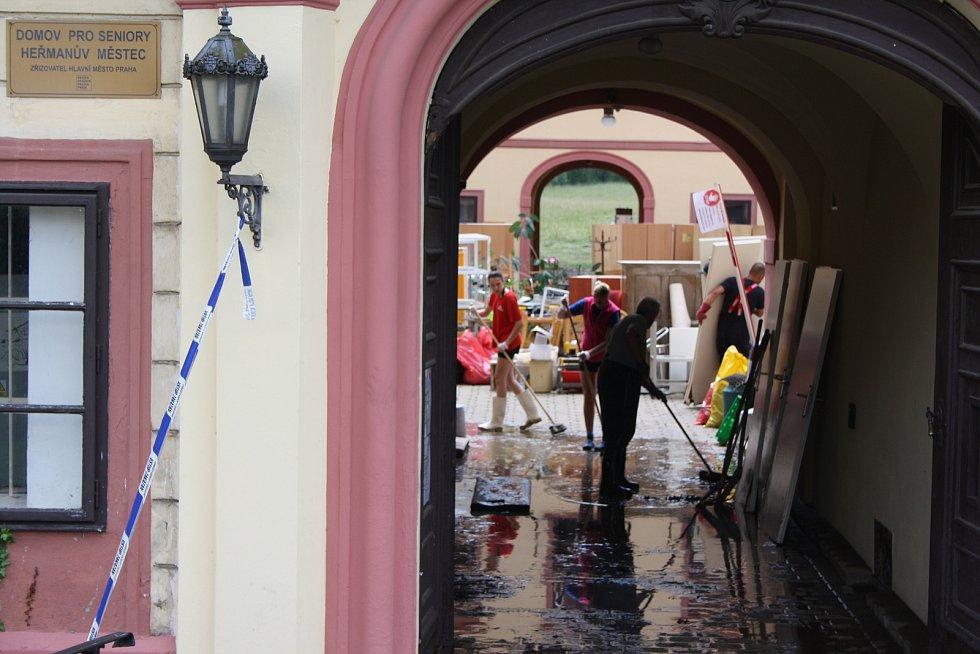 V heřmanoměsteckém domově důchodců se celý den uklízelo. Nejhorší nebyla voda, ale všudypřítomné bahno. Voda tu na nádvoří dosáhla metrové výšky.